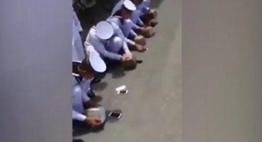 Obligan a cadetes a romper sus smartphones a rocazos