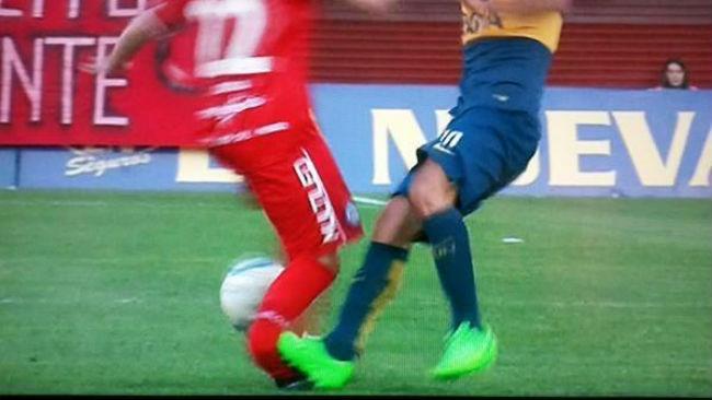 Y en la imagen del día... Tévez le rompió el tobillo a un rival en Argentina