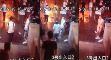 WTF?!?! Una mujer china se desnuda en la calle durante una pelea con su novio
