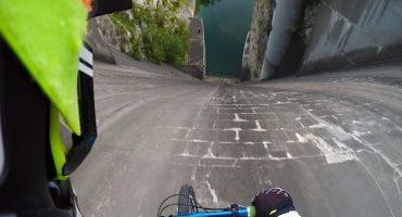Vean como terminó este ciclista que se lanzó por una pared de 60 metros
