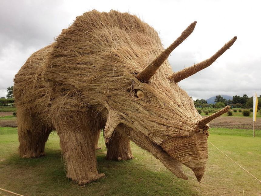 Esculturas gigantes de dinosaurios hechas solo con paja