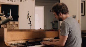Nils Frahm interpreta a John Cage en el video de