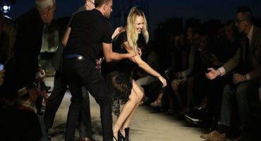 Ángel de Victoria Secret se cae en plena pasarela