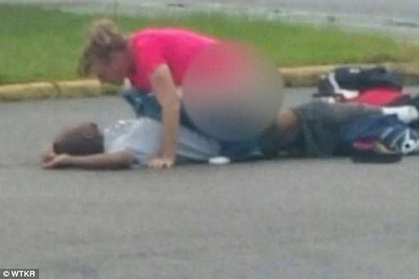 Sorprenden a una mujer teniendo sexo en un estacionamiento con un hombre inconsciente