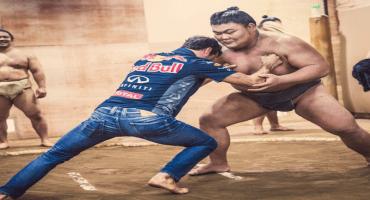 Pilotos de Red Bull practican sumo previo al GP de Japón