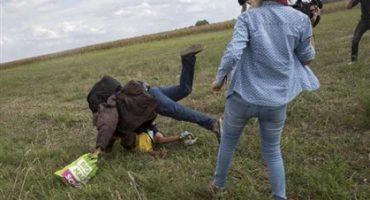Despiden a reportera que fue grabada pateando refugiados; podría pasar 5 años en cárcel