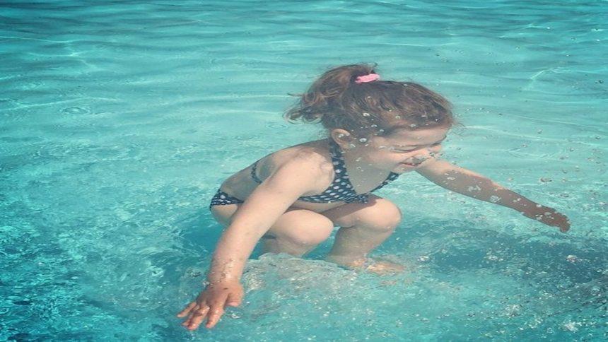 ¿Esta niña está debajo de el agua o saltando sobre ella?