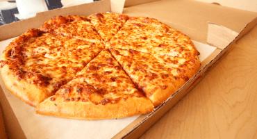 Devuelve orden de pizza que venía con 1300 dólares y recibe recompensa