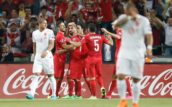 Agonía 'Tulipán': Turquía goleó a Holanda y los aleja de la Euro 2016