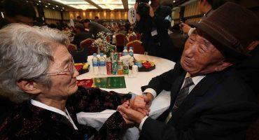 Después de 60 años, familiares de las dos Coreas se reencuentran