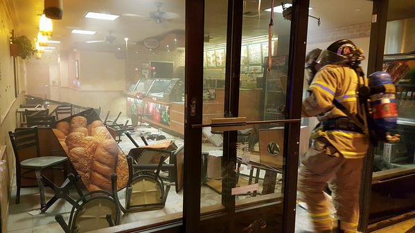 WTF! Mujer fuma marihuana, se desnuda y destruye un Subway