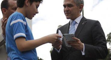 Miguel Ángel Mancera la hace de Santa Claus y regala boletos para el #GPMexico
