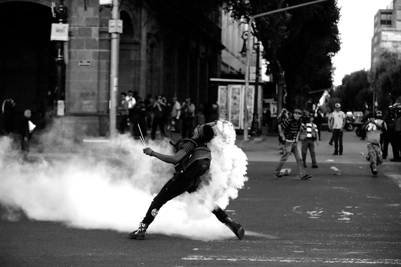 Anarcos, petardos y gases lacrimógenos: Los retratos de la marcha del 2 de Octubre