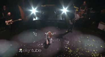 Ve a Florence + The Machine tocar en vivo sobre el agua... sí, agua