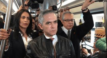 Mancera viaja en metro por las estaciones reabiertas de la L12