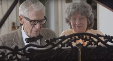 No se pierdan a esta pareja de ancianos recrear la música de UP por su aniversario 60