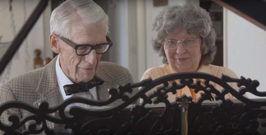 No se pierdan a esta pareja de ancianos recrear la música de UP por su aniversario 60