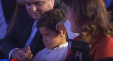 Cristiano Ronaldo recibe 'dedazo' de su hijo en premiación de la Bota de Oro