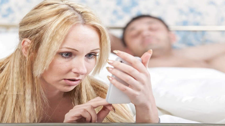 Espiar el móvil de la pareja puede costar más de dos años de prisión
