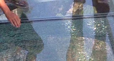 El loco puente de cristal en China se cuarteó y todos pierden el control