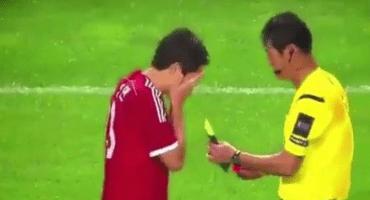 WTF!?!?!? Futbolista elige qué tarjeta quiere que le saquen