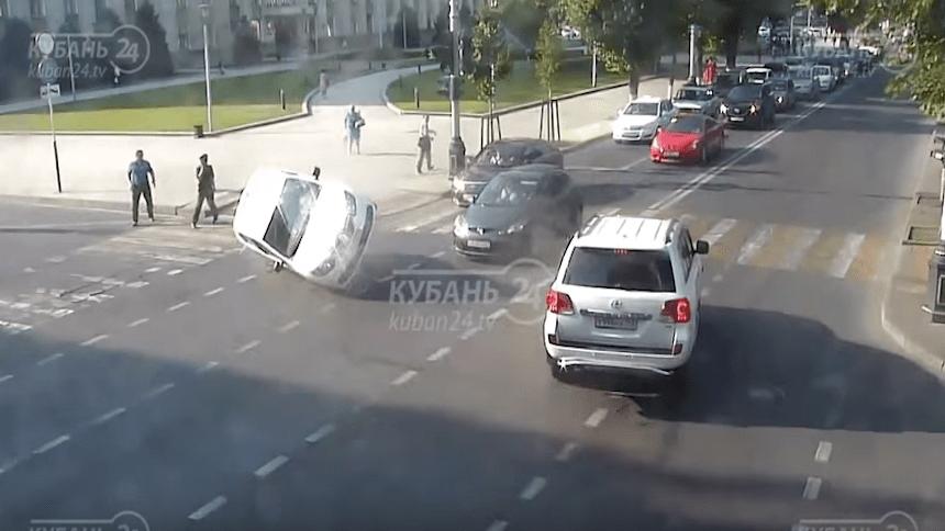 Microinfarto: Dos rusos se salvan de ser atropellados tras choque vehicular