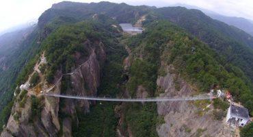 El impresionante puente de cristal de China que cuelga a más de 180 metros  del suelo
