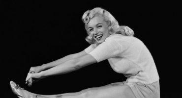 Alegren su día con Marilyn Monroe haciendo yoga