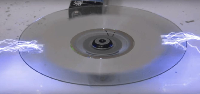 Miren cómo se borra la información de un CD con rayos eléctricos
