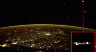 Scott Kelly tuitea una foto del espacio donde aparece un OVNI