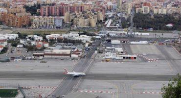 Pista de aeropuerto construida a través de avenida principal