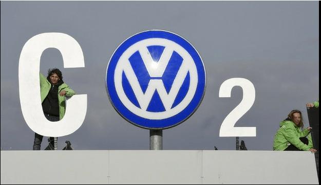 Greenpeace transforma el logo de Volkswagen en protesta