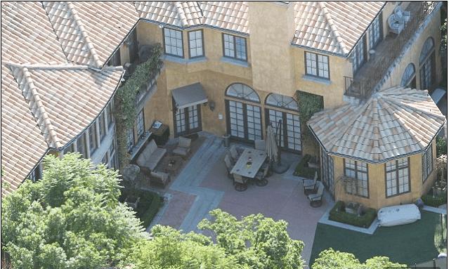 Charlie Sheen vendió mansiones para mantener su secreto