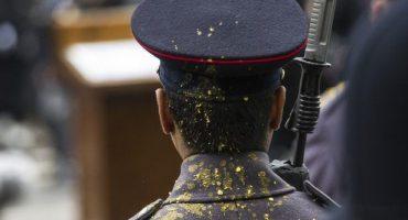 Respect! Vomitan a soldado en la espalda y éste no pierde la compostura