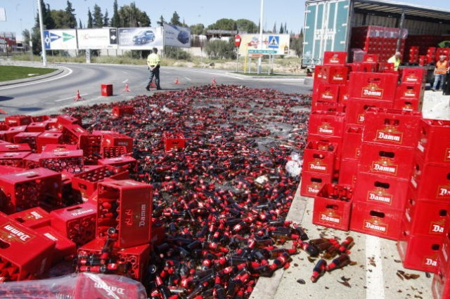 Tragedia: Derraman 100 cajas de cerveza en la carretera