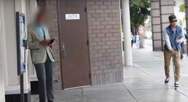 Un ciego deja caer un billete sin darse cuenta, ¿lo regresarían?