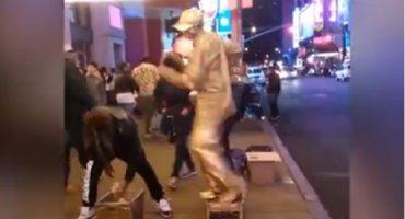 Esto pasa cuando le intentas robar a una estatua humana