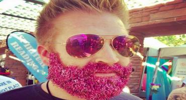 Ya llegó la nueva moda hipster: Barbas con diamantina