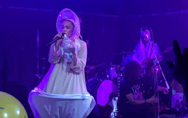 WTF!? Miley Cyrus usó un dildo y un pañal gigante en un concierto de dos horas en Chicago