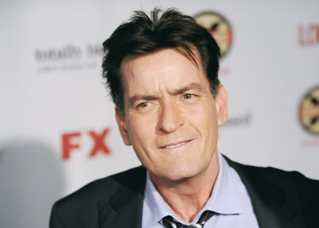 Se dice que hay video porno de Charlie Sheen… con otro hombre