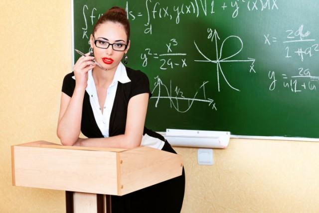 Instructora de gimnasio repartiendo cariño en dos escuelas