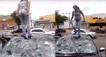 En un mundo loco y enfermo una mujer destroza el auto de su novio por infiel