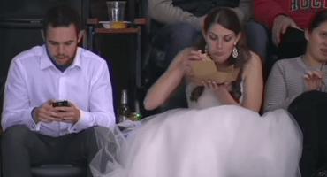 Pareja va a la NHL el día de su boda con vestido de novia incluído