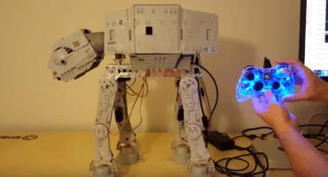 NERDGASMO: Genio hace que un viejo AT-AT de juguete camine con control de 360