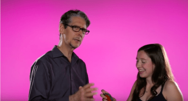 Papás leen el sexting de sus hijas en el video más incómodo de la historia