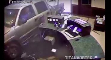 Este hombre estrelló su camioneta en un hotel porque su tarjeta de crédito fue declinada