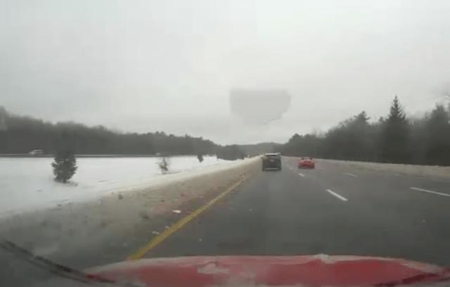 Manejaba por la carretera cuando una capa de hielo destrozó su parabrisas