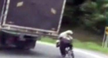 WTF! Ciclista desafía a la muerte con su perro en la espalda