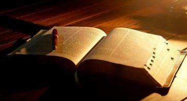 Disfrazan Biblia de Corán y la reacciones te sorprenderán