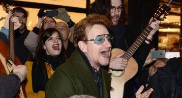 Bono salió a cantar en las calles de Dublín en Navidad